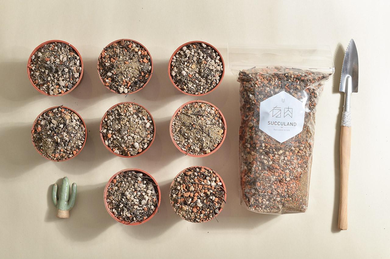 多肉植物大多不需要太深的土壤去種植,小包的份量可以涵蓋一般的使用