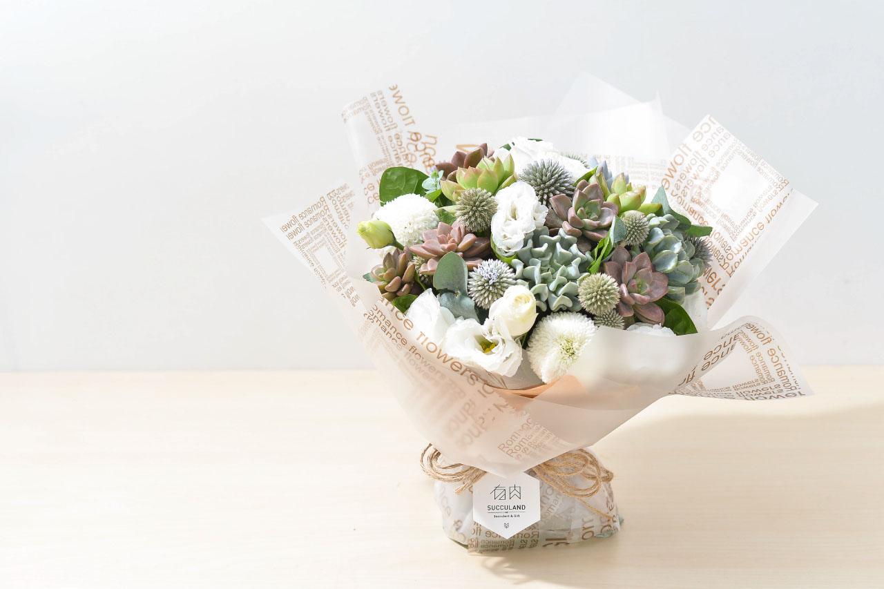 搭配鮮花與多肉植物的花束,以多肉植物為主角,鮮花為輔