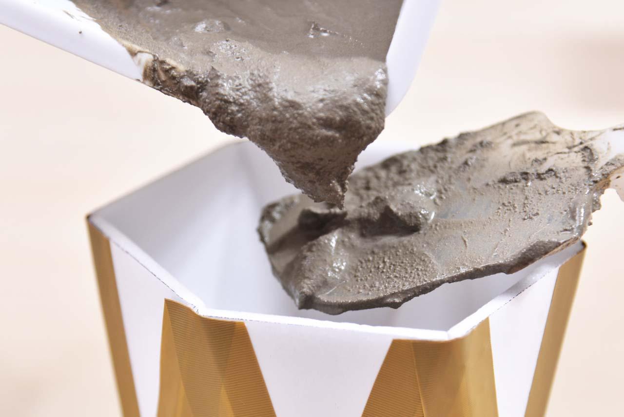 水泥盆栽手作課程環節一,調製水泥比例後將水泥置於先前教的模具中