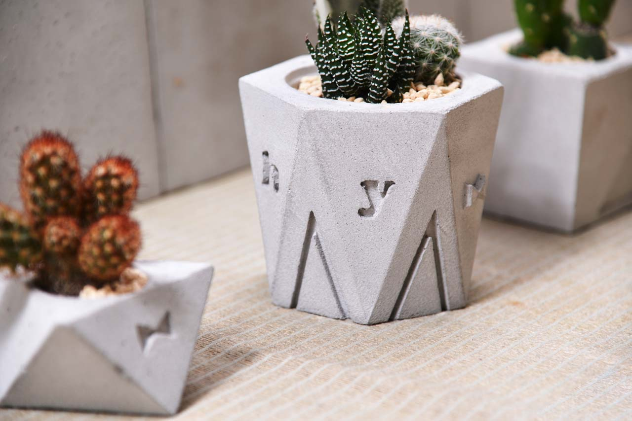 水泥盆栽課的課程完成品之二,可以自己訂製字母及設計屬於個人的圖樣,與多肉植物搭配組合盆栽,不論是自家種植或者當成禮物送給朋友都很合適。