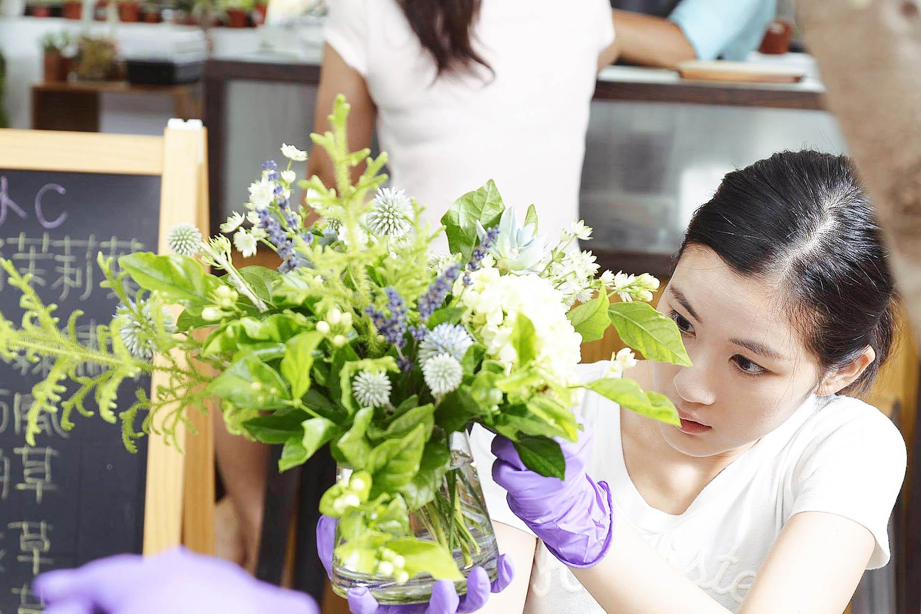 有肉多肉植物與花藝結合的花藝課程,學員努力跟著老師的教導下學習插花的技巧及搭配的方法