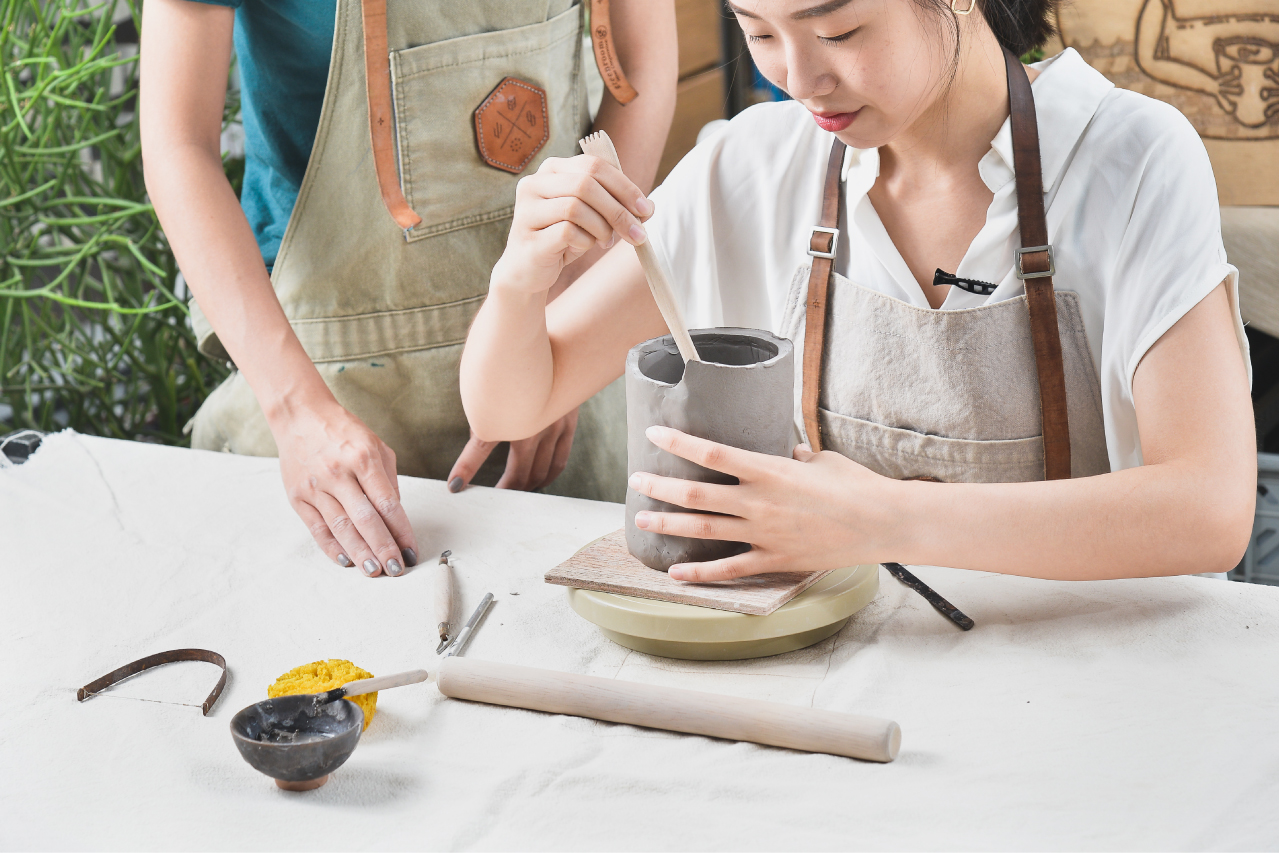 讓手觸碰涼涼的陶土,熟悉陶土的特性也是教學的一環