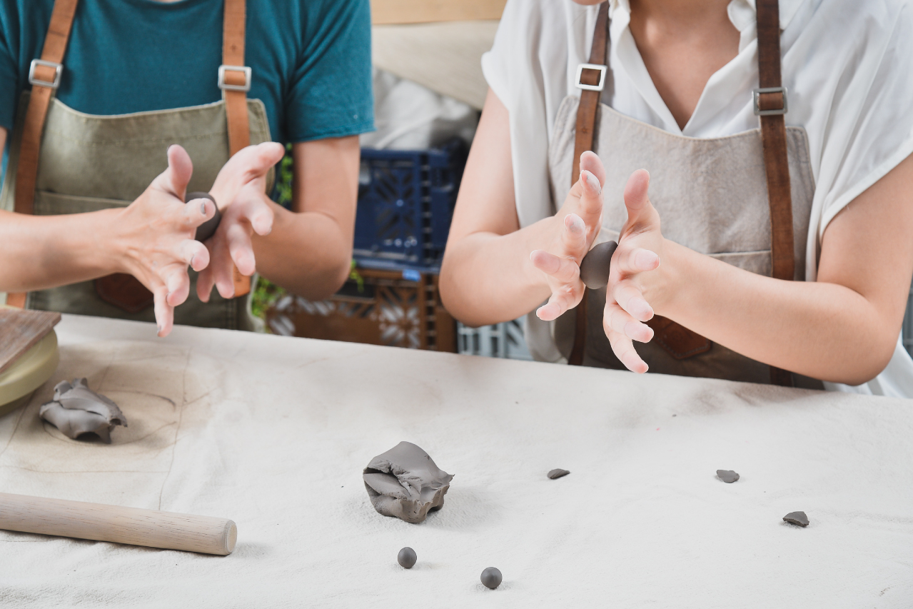 手捏陶所做出來的作品會留有手指或者手掌的印記,非常個人化的製作體驗