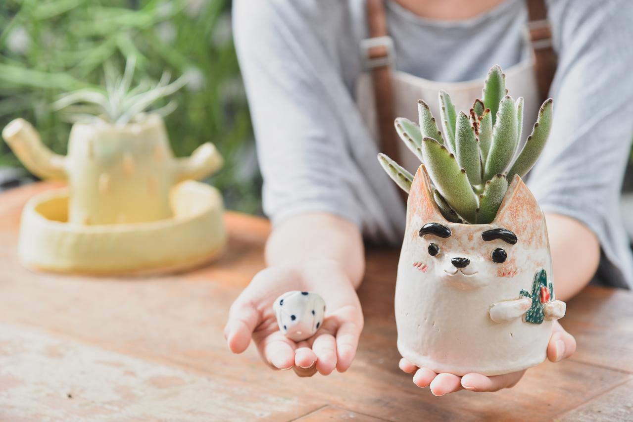 陶土的使用是完全自由的唷,也可以將多餘的陶土製成陶杯、陶盤,只要你喜歡都可以大膽嘗試,老師會再幫你燒製好