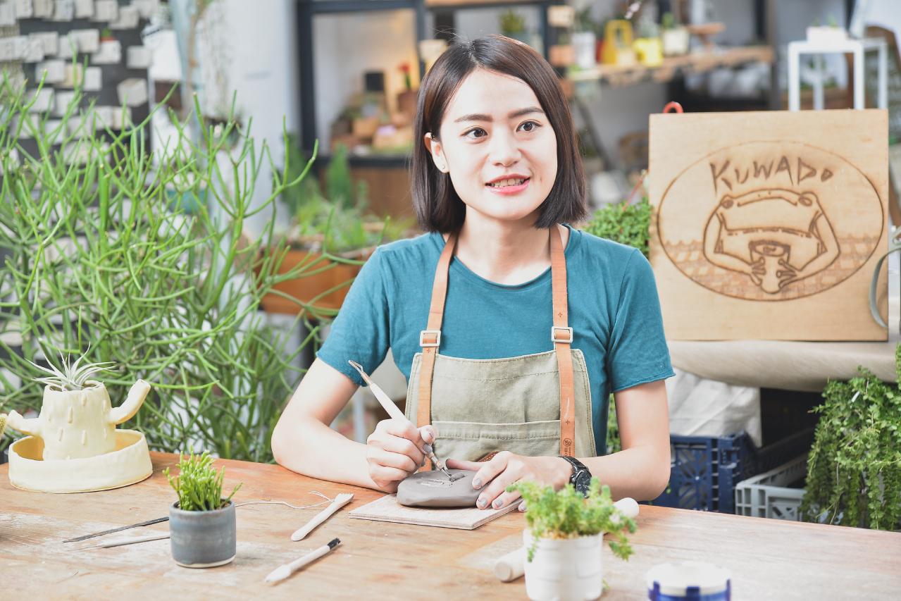 陶藝課程老師,零元老師,是一位有豐富教學經驗的新銳陶藝藝術家,成立了一個陶藝品牌工作室 - Kuwado
