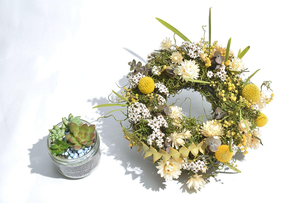 多肉植物盆栽與時令季節性乾燥花圈的搭配組合非常協調,同時具有質感的自然風格,讓人喜愛