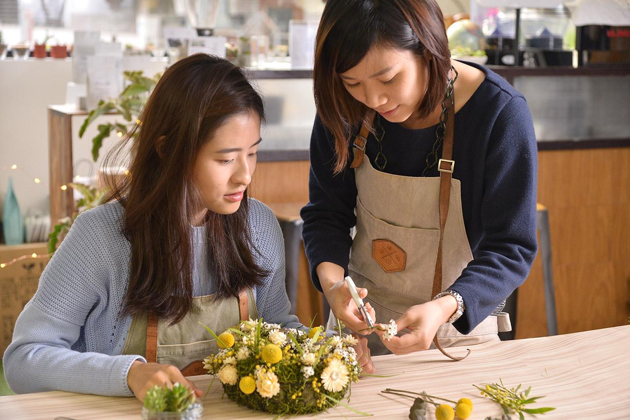在老師的教學下,乾燥花圈的製作不再是一件困難的事情囉,可以很輕鬆地掌握這些技巧