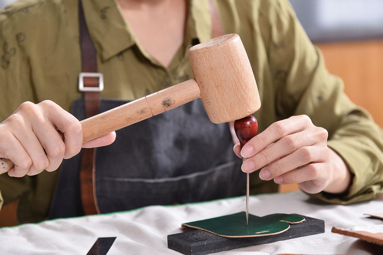 親手觸摸皮革的質感,感受上面的紋理及質感,拿著工具跟著老師一步步完成作品,做出自己的第一個皮革卡套