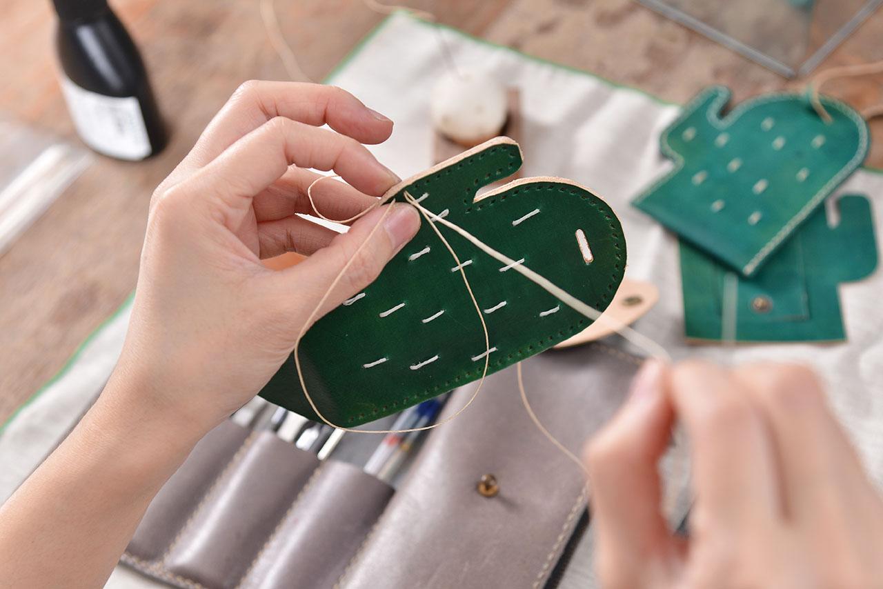 手作皮件課程從皮件打洞、裝飾、縫線固定都是非常有成就感的步驟,工具全包,你只要帶著期待的心情來上課就好囉