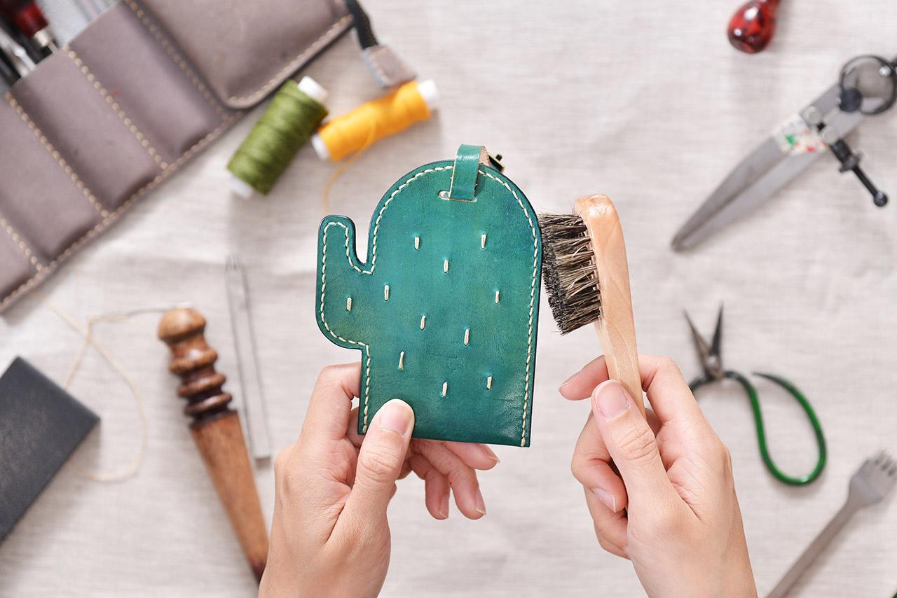 親手做皮件卡套的課程,做成可愛的仙人掌形狀,讓你的卡片能北一個仙人掌保護著喲