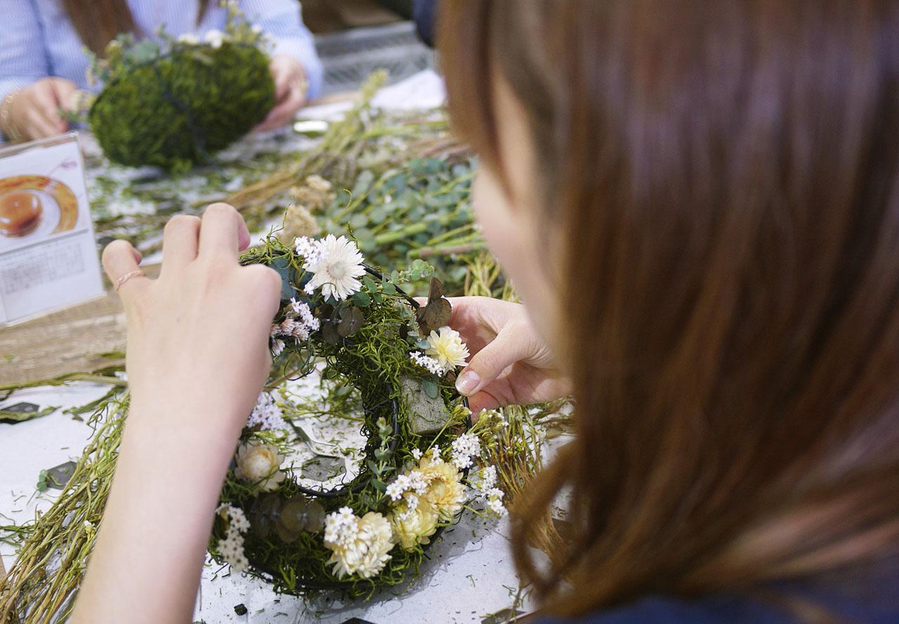 同時關注植物本身美感以及組合搭配,讓作品可以輕易地融入於任何環境中