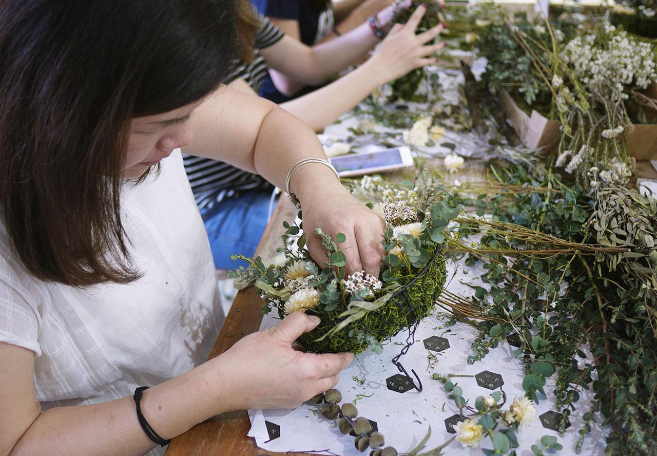 乾燥花圈上課照片紀錄,學員嘗試將乾燥花佈置在框架中