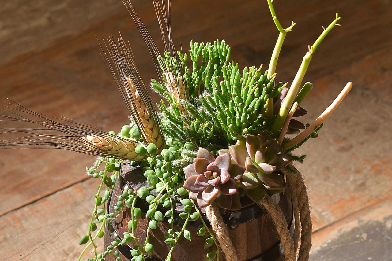 手作花藝作品,完成的作品非常適合送給喜歡酒桶的朋友呢