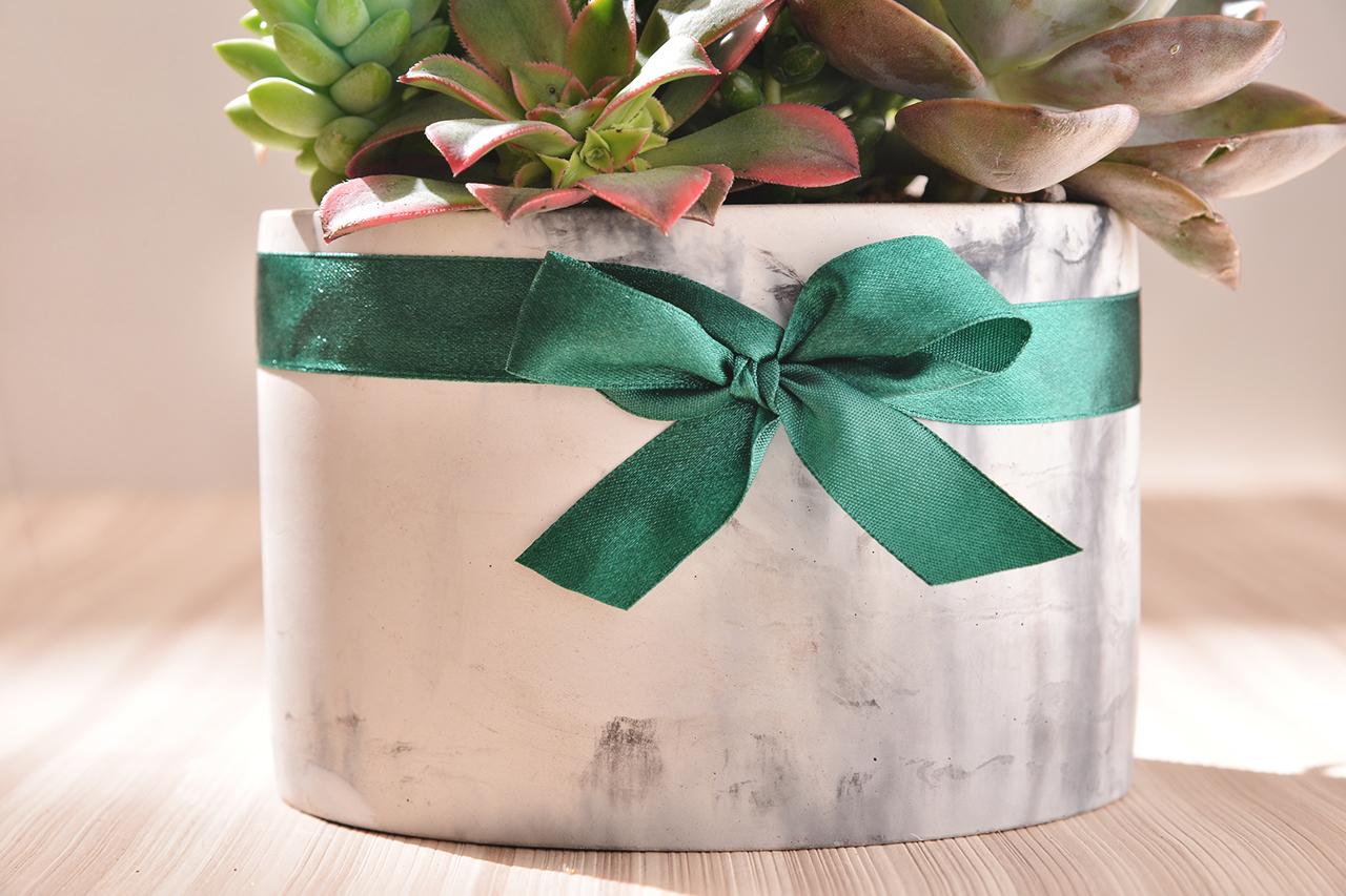 大理石石紋水泥盆栽,不規則的油墨感讓盆栽充滿大氣感,搭配綠色緞帶的包裝細節,讓盆的層次上升到精品的境界
