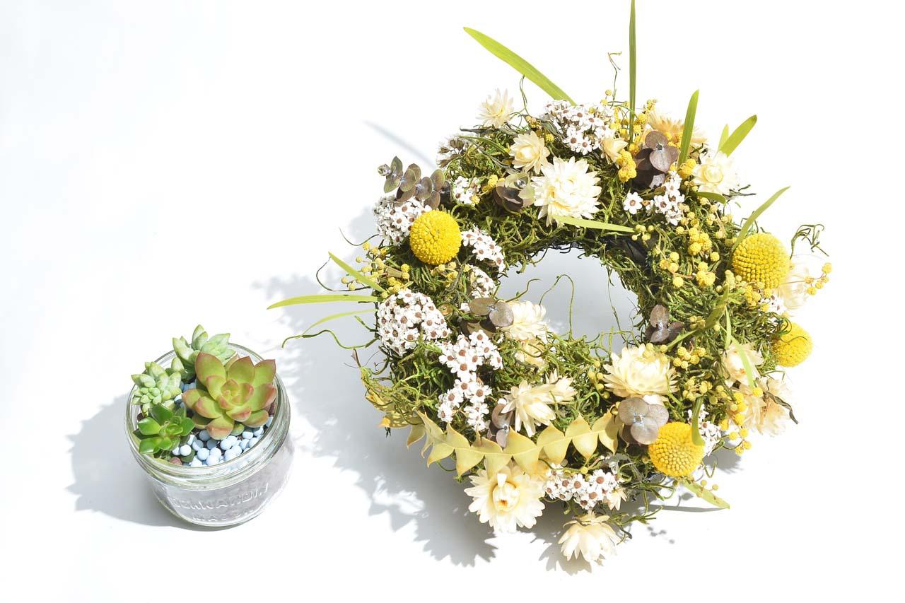 乾燥花圈與多肉植物盆栽的搭配,可以創造出不一樣的優雅感