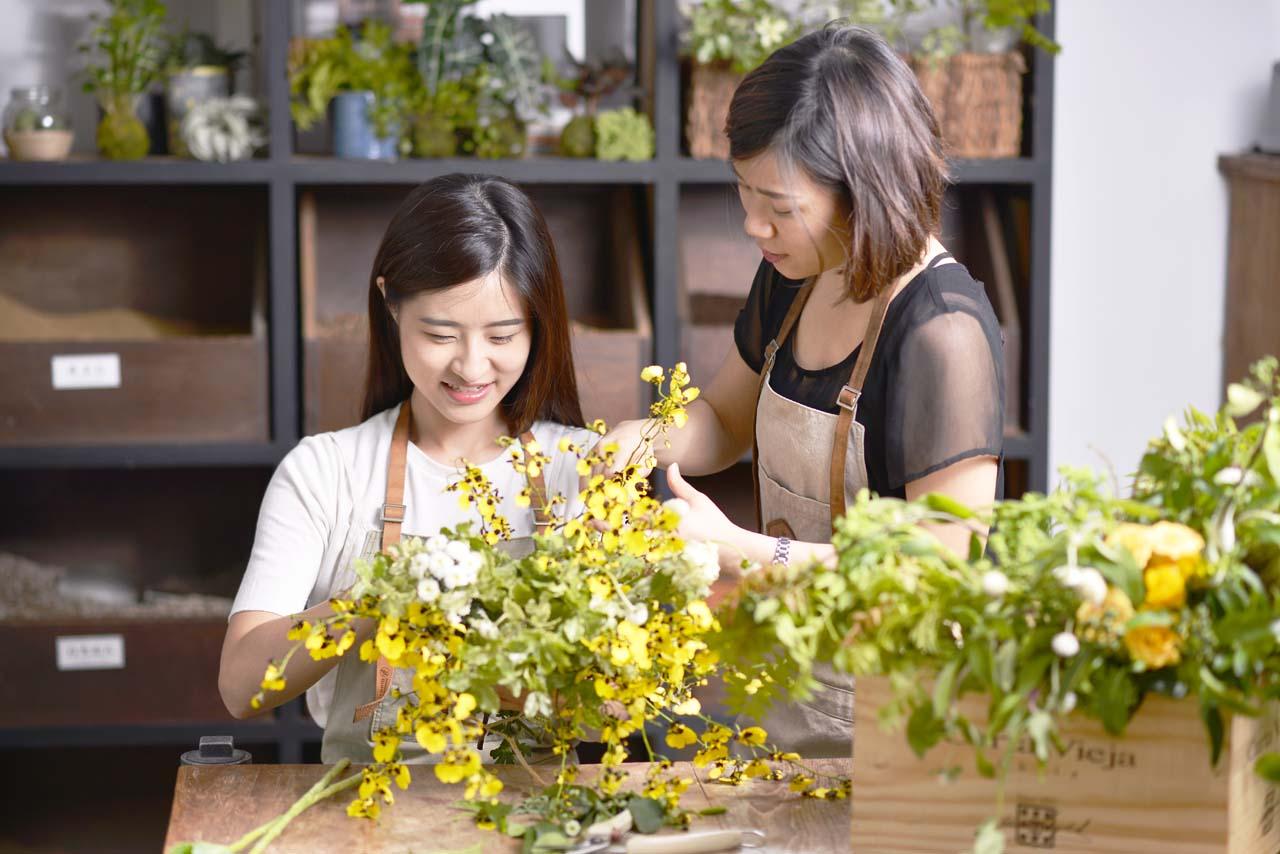 鮮花結合木香的花藝設計,讓作品呈現一股優雅帶有一點野性的精緻美,充滿鄉村的閒適與自在