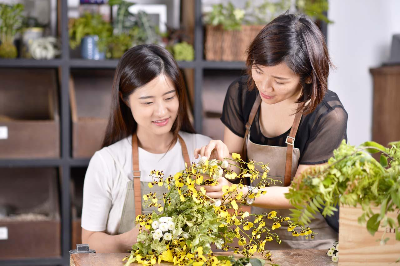 將花藝結合藝術融入生活,圍繞著美好的事物生活著,就是花藝課程的態度,不只是一堂課程的時間而已,更是影響著你的人生
