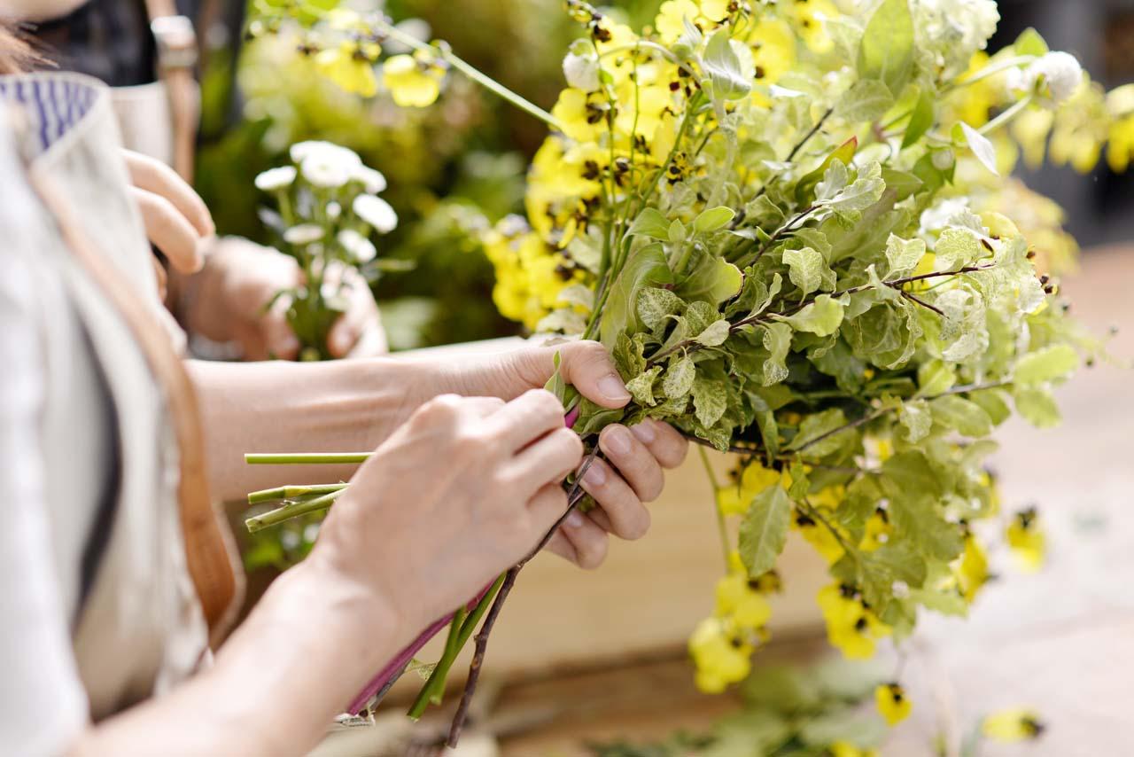 手綁花花藝體驗課,在老師的帶領之下,一步步掌握花束的步驟及技巧