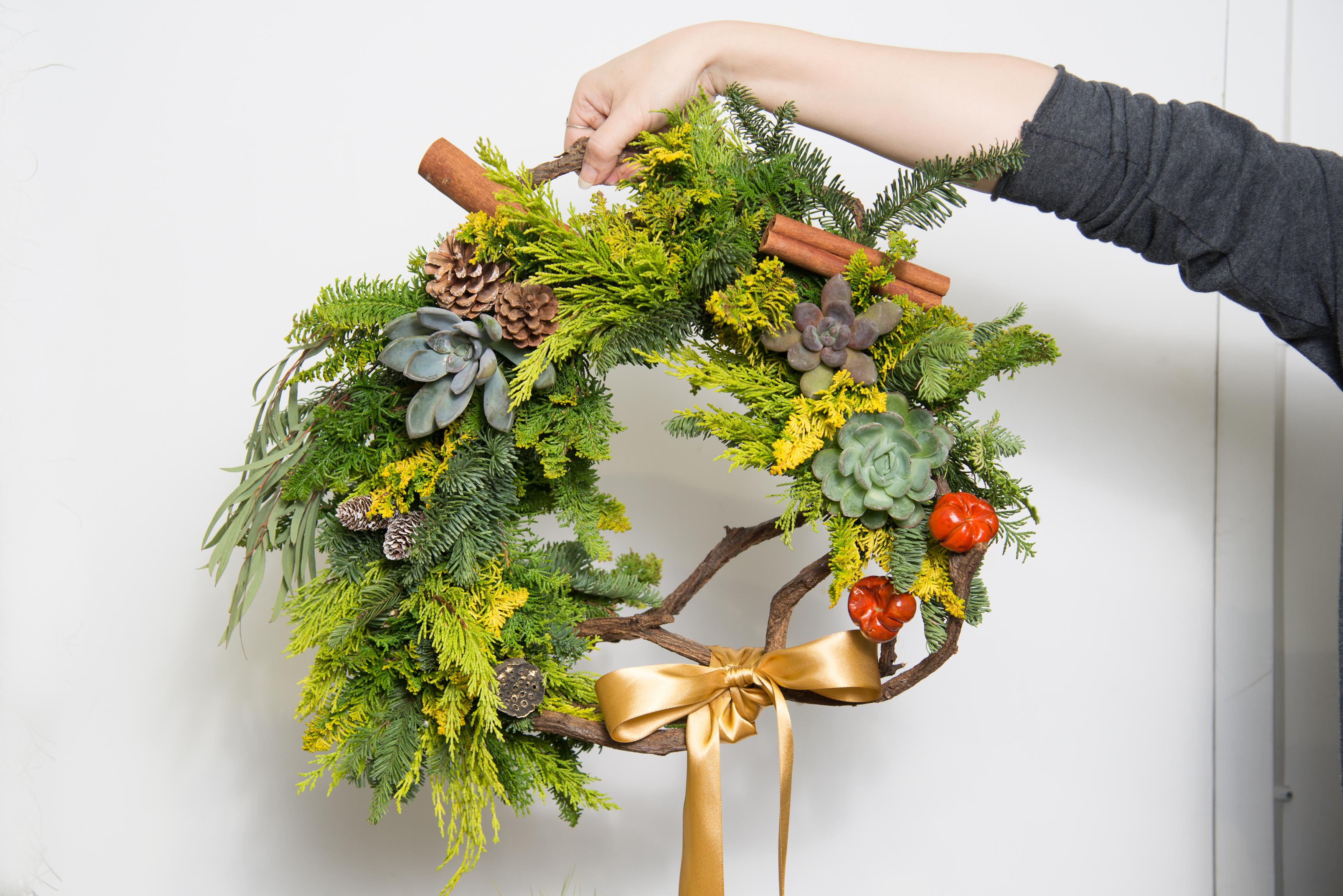 漿果加上多肉植物與松樹枝條,簡單的材料就可做出華美具特色的花圈,在網路花店上也可以買得到喔,現在還新增了捧花的商品呢