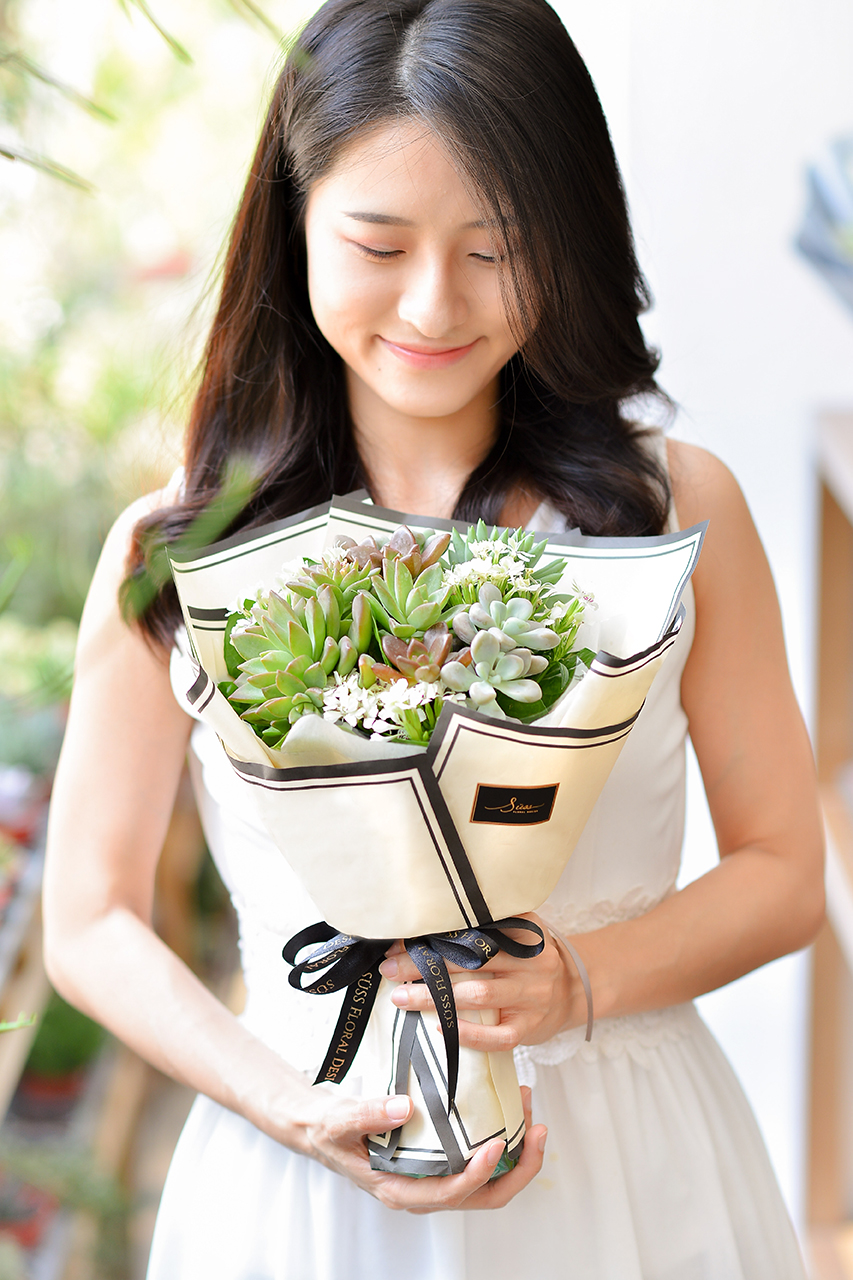 多肉花束 – 白色浪漫 米黃花束(小) 直式 1