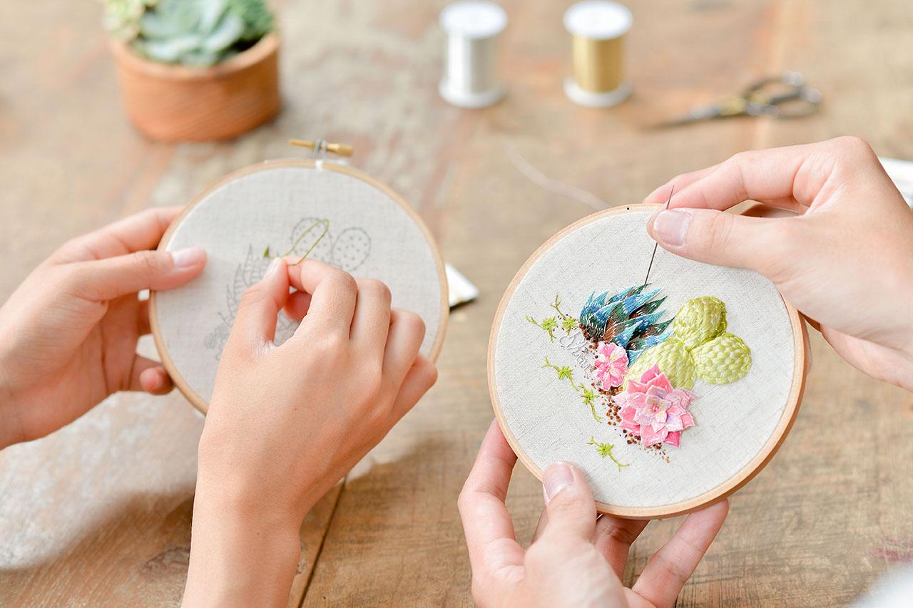植物刺繡與圓形畫框