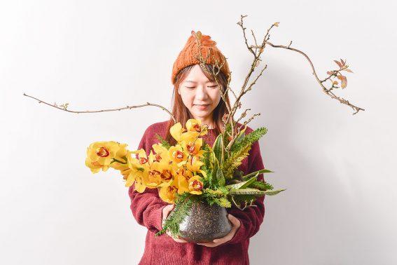 虎尾蘭盆栽被女生拿著