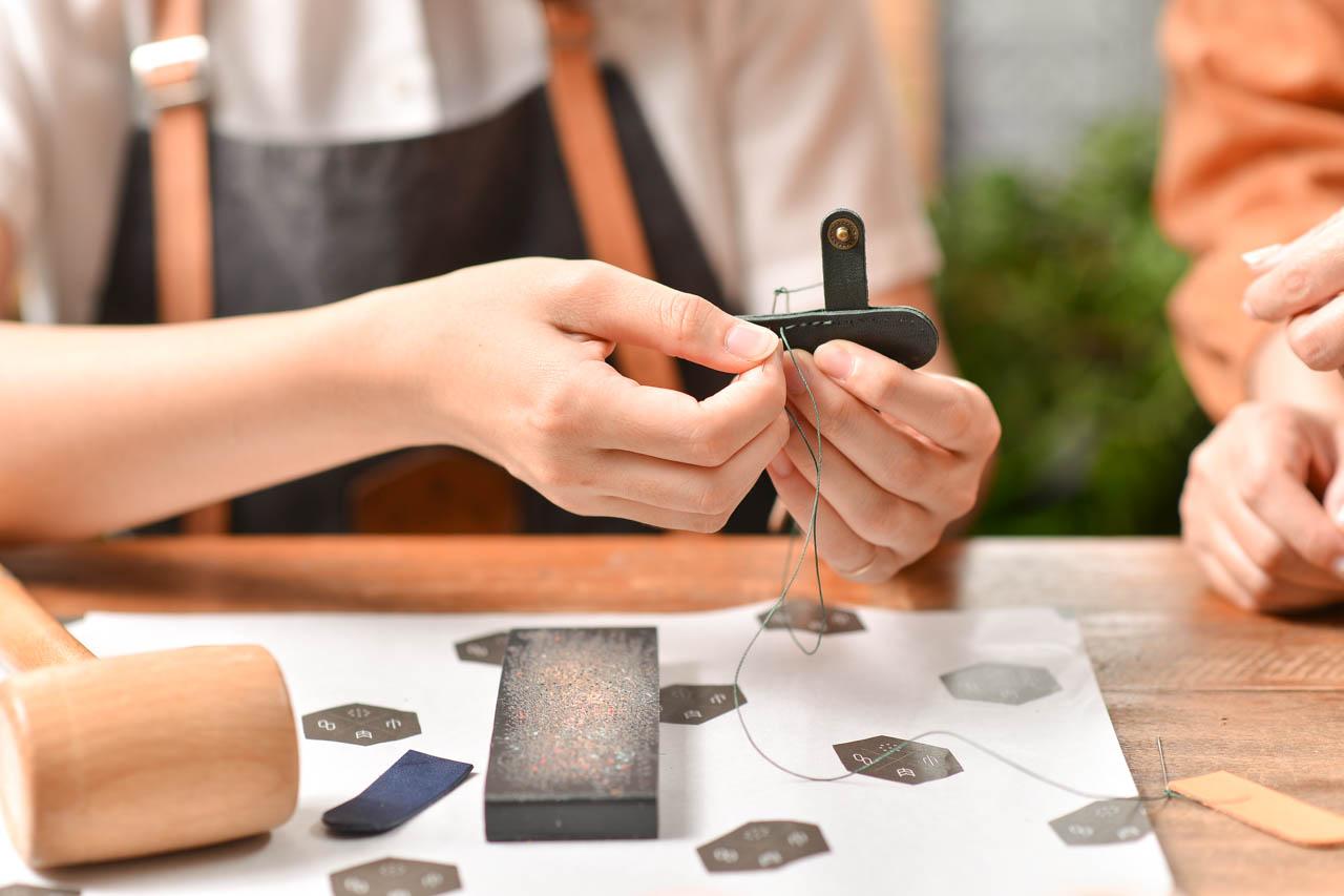 皮革手作課縫製中