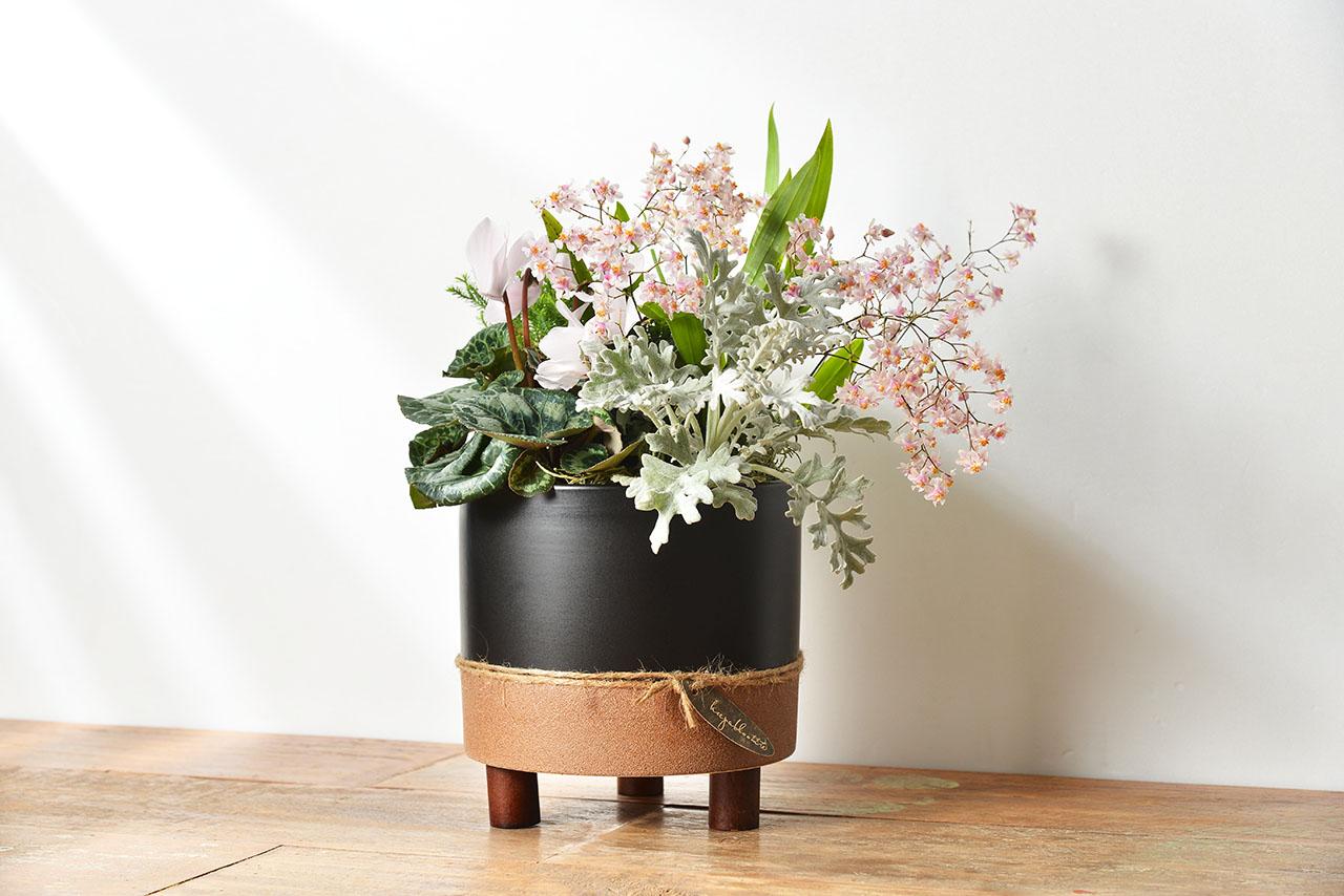 蘭花花藝組合木桌上