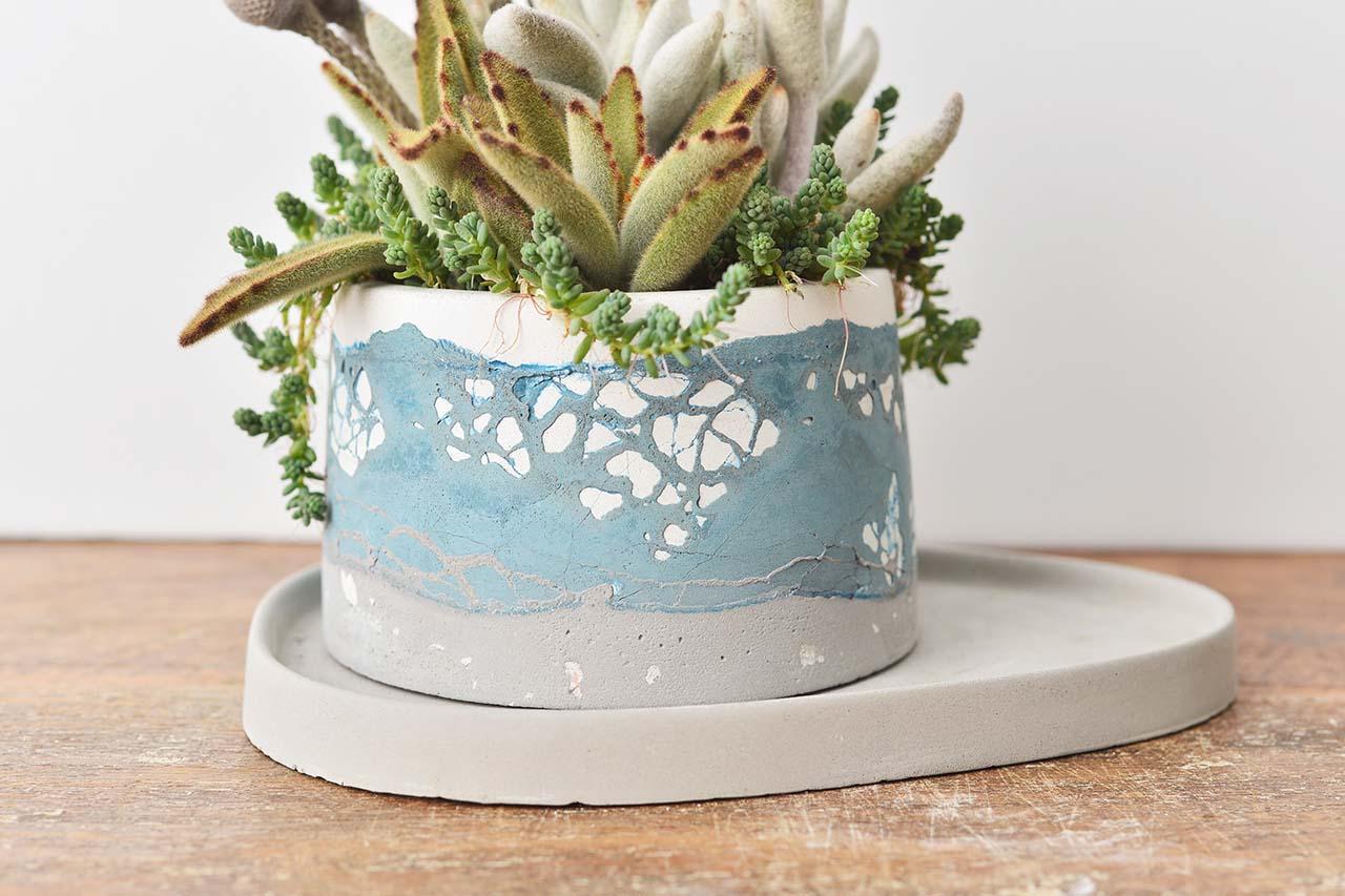 清涼的藍色水泥盆栽